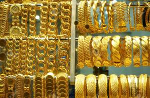 99515372-close-up-of-gold-bracelets-and-large-chains-in-the-jewelry-store-on-the-grand-bazaar-istanbul-turkey